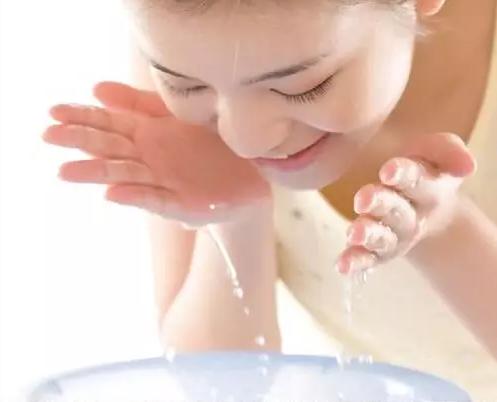 文章 护肤|正确洗脸步骤 你对了么  将泡沫涂抹在脸上,然后用手指指腹